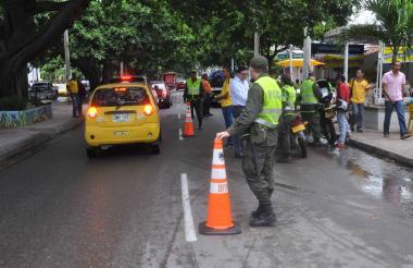 Oficiales patrullan las calles de Valledupar.