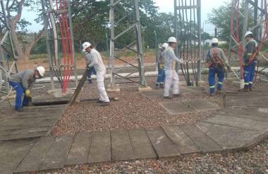 Trabajadores realizan labores en la subestación de energía de Electricaribe, en Montería.