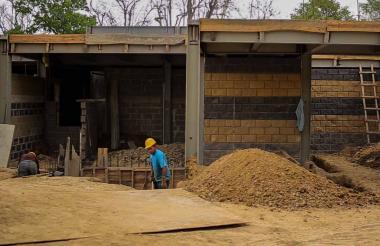 Dos obreros sacan tierra de la construcción del nodo.