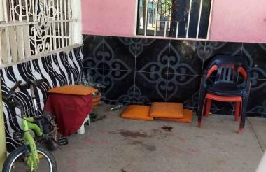 En la terraza de la vivienda permanece el rastro de sangre del atentado criminal contra la mujer.