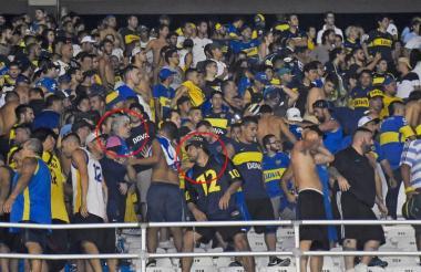 Rafael Di Zeo (encerrado en el círculo de la izquierda) estuvo liderando 'La 12' junto a Mauro Martin (en el círculo de la derecha) en el estadio Metropolitano de Barranquilla en un encuentro entre Junior y Boca.