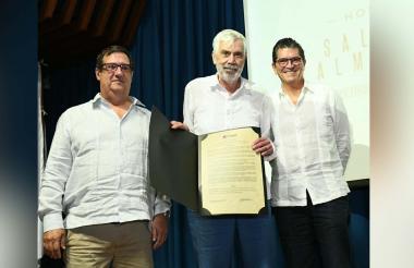 Salomón Kalmanovitz entre el rector de la Universidad del Norte, Adolfo Meisel, y Antonio Celia, vicepresidente del consejo administrativo.