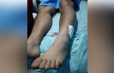 El joven permanece internado en la clínica a la espera de ser evaluado por el médico ortopedista.