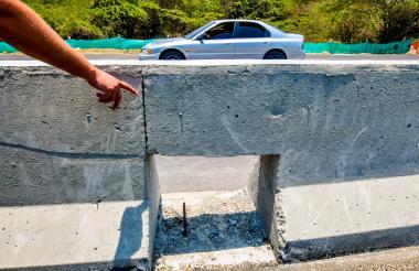 Una de las aberturas hechas al muro para permitir el paso de los animales por la carretera.