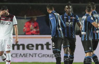 Zapata celebrando su gol junto a sus compañeros de equipo.