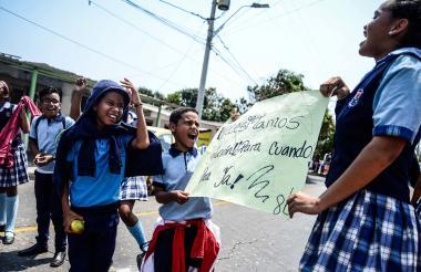 Con pancartas, los alumnos solicitaron que se realicen mejoras al colegio.