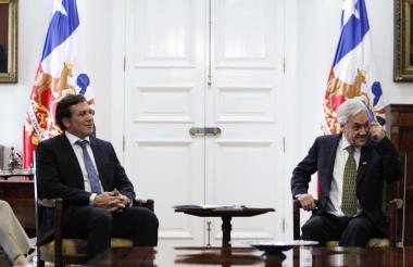 El presidente de Chile Sebastián Piñera (der.) se reunió con el presidente de la Confederación Sudamericana de Fútbol (Conmebol), el paraguayo Alejandro Domínguez, en el Palacio Presidencial de La Moneda en Santiago.