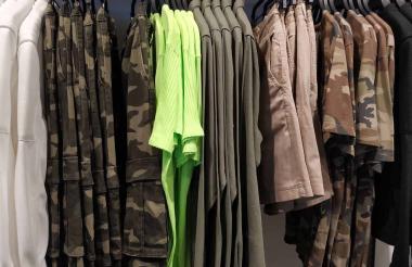 El color verde oliva, los camel y camuflados son algunas opciones para combinar los colores fluor.