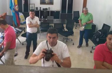 Las personas que se encontraban en el interior de la oficina.
