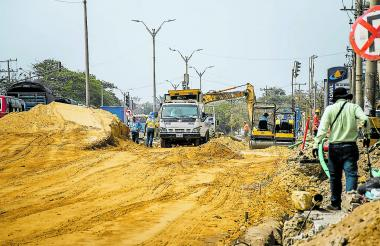 Obreros trabajan en la ampliación de la calle 30 a la altura de la carrera 21.