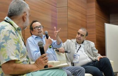 Juan Pablo Ferro, Marco Schwartz y Fidel Cano, en la charla sobre periodismo.