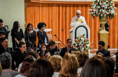 Ramiro Escobar, durante su discurso en honor a su esposa Martha Ligia Restrespo.