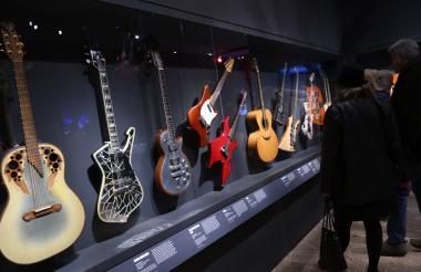 Esta vitrina con más de 10 guitarras es una de las partes de la exposición que más atrae al público.