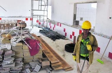 Un obrero al interior de las obras del Centro de Desarrollo Infantil que se construye en Santo Tomás.