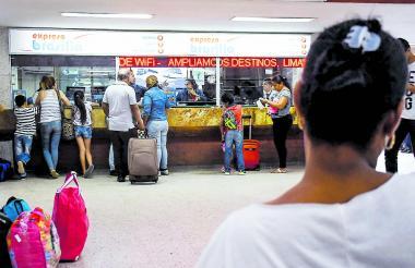 Un grupo de pasajeros en la Terminal de B/quilla.