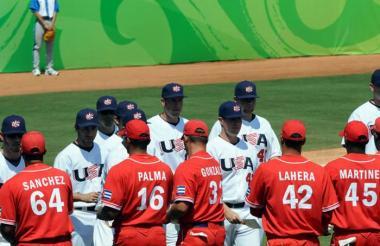 Jugadores de Cuba y Usa jugando un partido de béisbol.