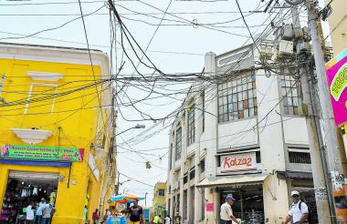 Telaraña de cables en la esquina de la calle 32A con carrera 42, centro de la ciudad.