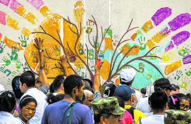 Varios de los victimarios y de las víctimas pintaron sus manos en el mural ubicado en el Centro de Víctimas.