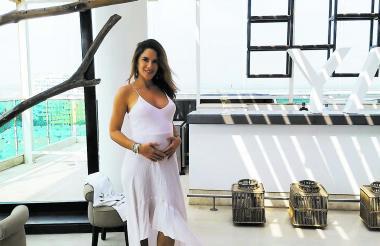 La artista antioqueña Naty Botero posa mostrando su vientre en Cartagena.