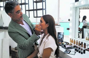 Fernando Pérez maquilla a una modelo usando tonos nudes y rosas de la paleta Love Pastel.