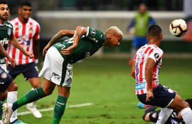 Deyverson anotó el primer gol con este cabezazo, que dejó sin opciones al arquero Sebastián Viera.