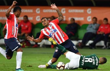 Jefferson Gómez disputando el balón con un jugador del Palmeiras.