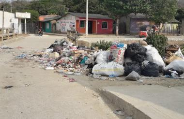 Las calles de Luruaco se encuentra llenas de basuras.