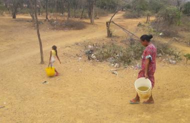 Dos mujeres buscan agua en la comunidad El Manantial, en Riohacha.