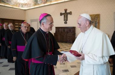 El papa junto al obispo Silvio Báez.