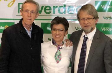 Antonio Navarro, Claudia López y Antanas Mockus tras conocerse los resultados de la encuesta interna que ganó la excongresista.