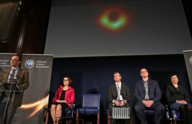 El grupo que lideró la investigación para detectar las primeras imágenes de un agujero negro, en el diálogo que sostuvieron este miércoles con los periodistas.