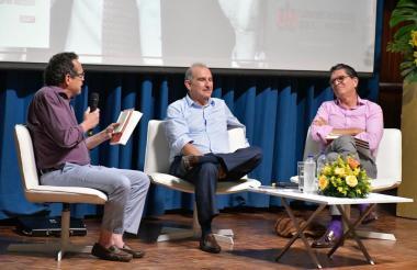 El director de EL HERALDO, Marco Schwartz; el jefe negociador del gobierno Santos, Humberto de la Calle, y el empresario Antonio Celia.