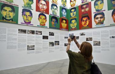 Debajo de los coloridos retratos hechos con Legos, que le imprimen un toque pop a la tragedia, está la cronología del caso.