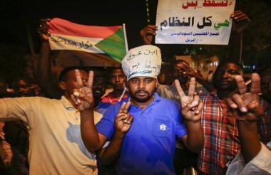 Los líderes del movimiento de protestas han rechazado de inmediato esa transición militar.