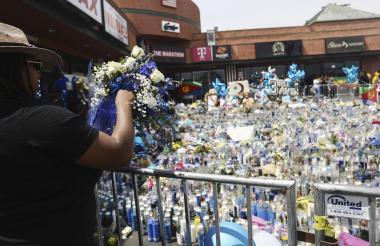 Miles de personas se mantienen a lo largo de los 40 km de la procesión para dar su último adiós.