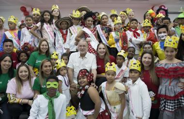 Un grupo de niños con el gobernador.