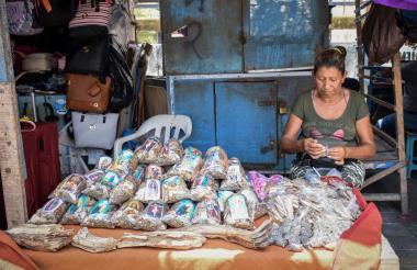 Rosa Pérez, una de las vendedoras de sahumerio, espera en su puesto a que los clientes se acerquen a comprarle su mercancía.