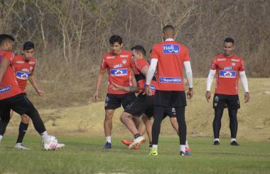 Gómez, Sambueza, Matías, Piedrahíta y Germán Gutiérrez durante la práctica de ayer en la sede Adelita de Char.