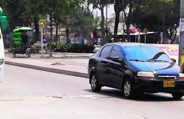 Los vehículos que transitan deben esquivar los huecos.