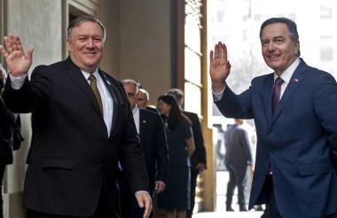 El secretario de Estado Mike Pompeo y el ministro de Relaciones Exteriores de Chile, Roberto Ampuero, saludan al ingresar al palacio presidencial de La Moneda para reunirse con el presidente Sebastián Piñera.