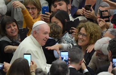 Papa Francisco saludando a sus Feligreses.