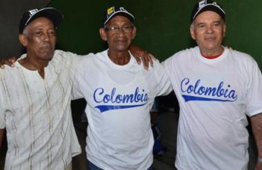 Luis De Arco (centro) junto a Miguel Corpas y Esteban Bonfante, campeones de 1965, durante el reencuentro y homenaje en Cartagena.