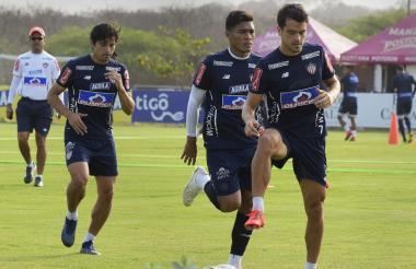 Sebastián Hernández, Teo y Matías Fernández en un entrenamiento del Junior.