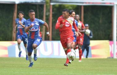 El volante Johan Valencia disputa un balón con Jesús David Rivas, en el en el Estadio Alberto Grisales de Rionegro, Antioquia.
