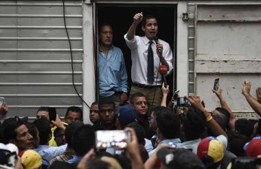 El autoproclamado presidente Juan Guaidó ofrece un discurso desde un camión.