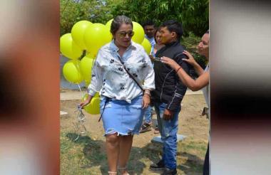 Dayana Jaimes llevó globos amarillos a la tumba de su esposo Martín Elías Díaz.