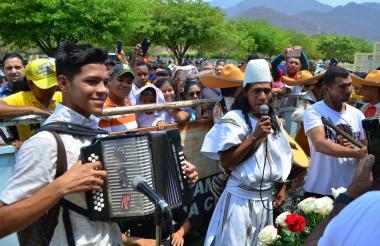 El indígena Geovany Robles bajó de la Sierra Nevada para cantarle a Martín Elías.