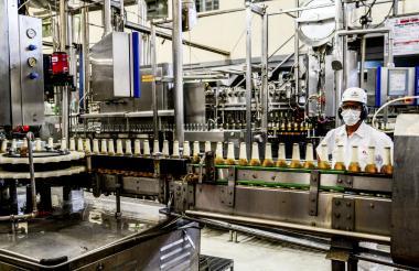 Un operario en la planta de producción de la empresa Bavaria en Barranquilla.
