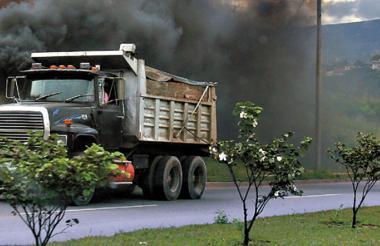 Un camión con emisión de gases contaminantes.