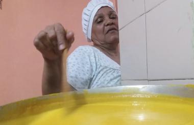 Gabriela Vides termina de preparar un dulce de auyama. Para comercializarlos entre sus clientes, cocinó en esta Semana Santa 25 ollas de dulces variados.